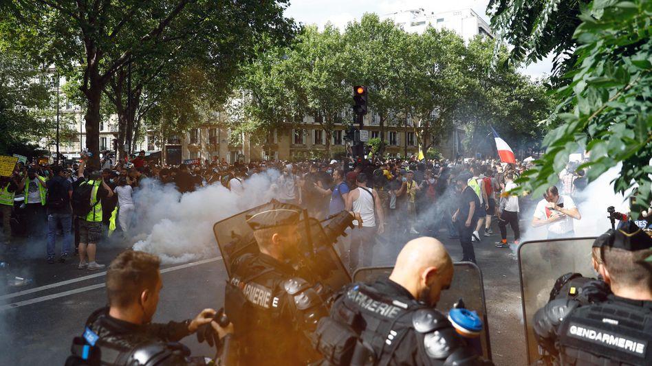 Die Gendarmerie setzen Tränengas während einer Demonstration in Paris ein