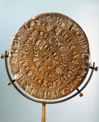 Comic aus Stempeln: Wie ein kindliches Sammelsurium von Symbolen sehen die archaischen Schriftzeichen auf der Tonscheibe von Phaistos aus - Forscher sind sich nicht einmal einig, in welcher Richtung die Hieroglyphen zu lesen sind.