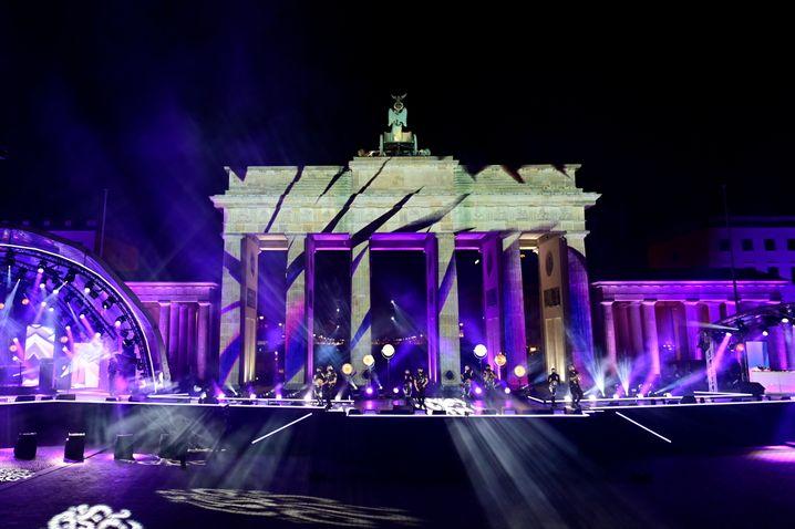 Das Brandenburger Tor wurde während der Show im Stil des Festivals of Light beleuchtet