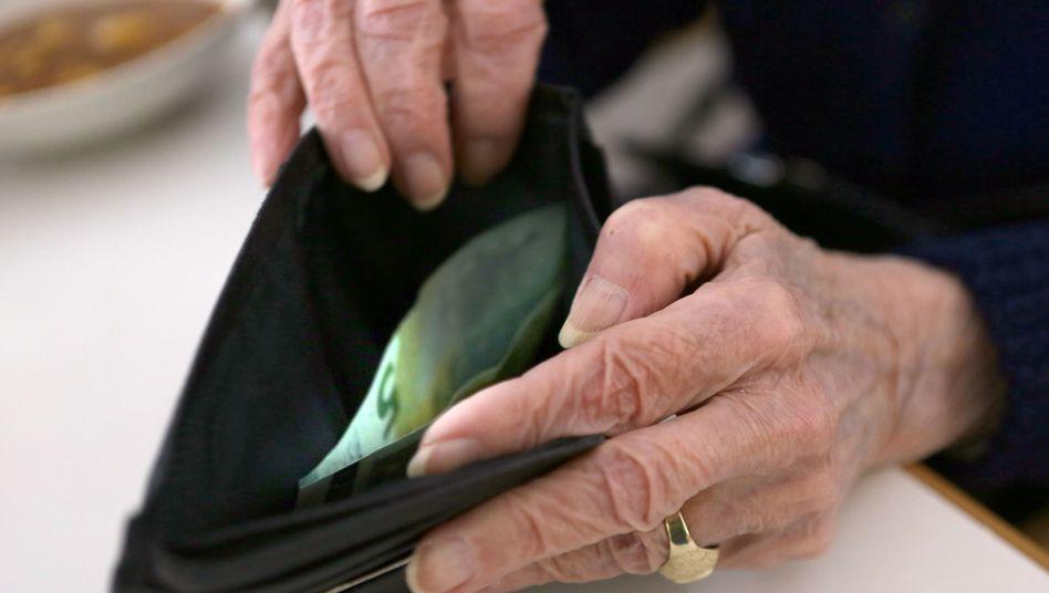 Rentnerin mit schmalem Geldbeutel