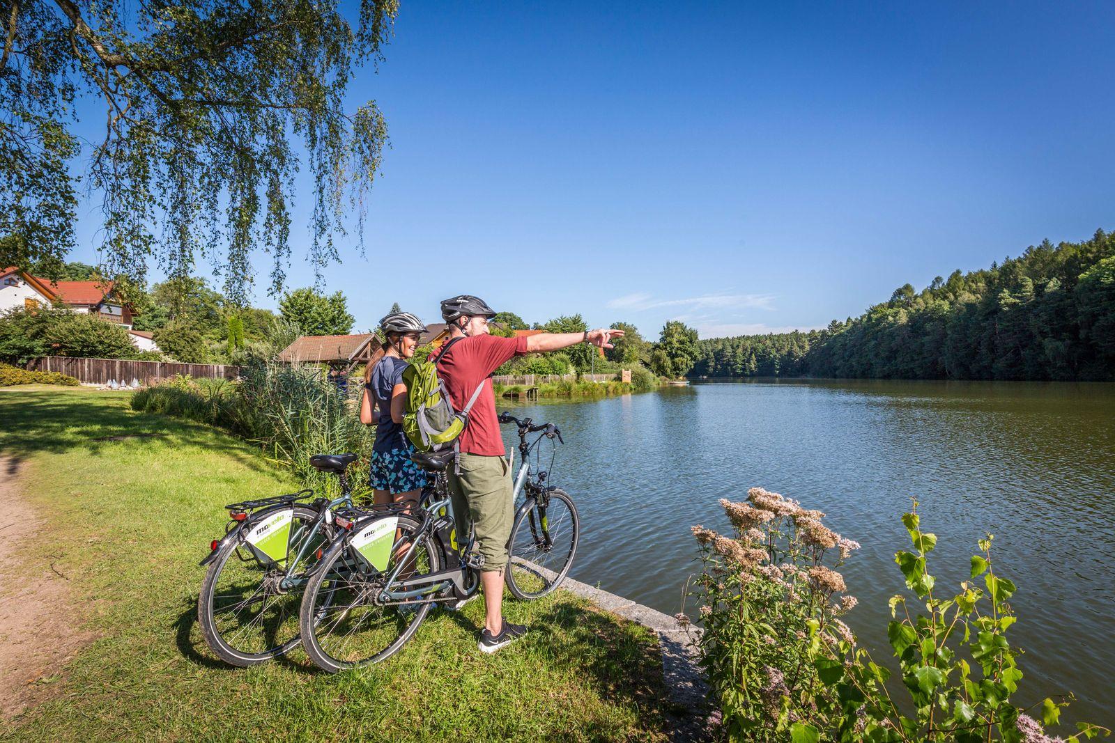 Tourismuszentrum Oberpfälzer Wald_Erlebniswelt Wasserwelten_Radler am Hammersee in Bodenwöhr
