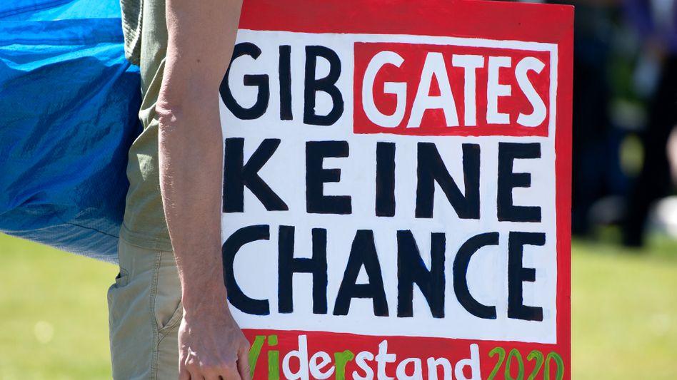 """Plakat bei Demonstration vor dem Reichstag in Berlin, 9. Mai 2020: """"Wenn das Narrativ einmal steht, ist es egal, ob Bill Gates Jude ist oder nicht."""""""