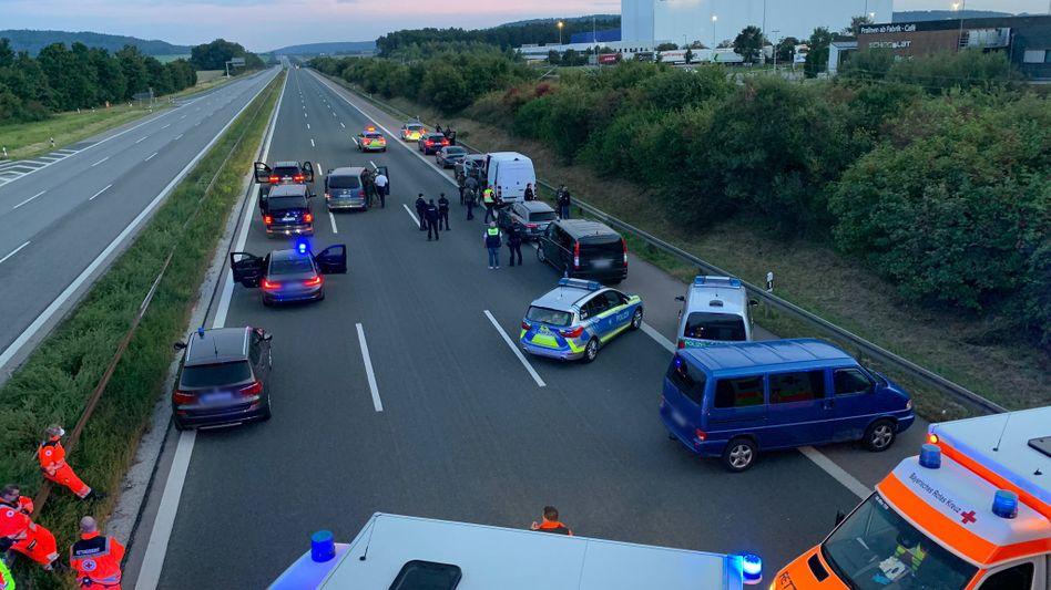 Polizei und Rettungswagen beim Einsatz auf der A9: Zwei Verletzte nach Gewalttat in Reisebus