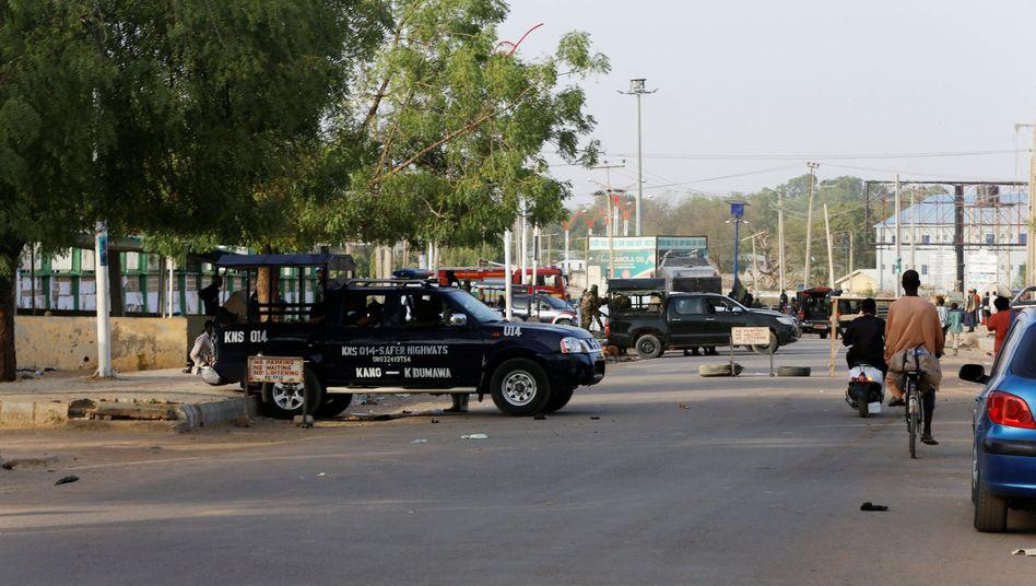 Polizei und Militärfahrzeuge vor Wahllokal