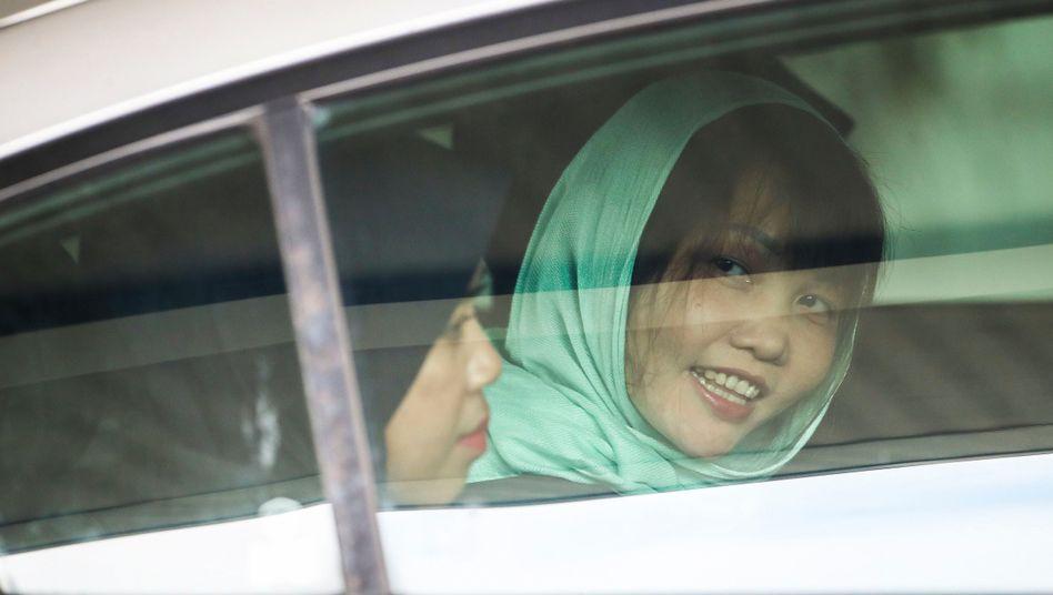 Doan Thi Huong (r.) nach einem Gerichtstermin Anfang April in Malaysia - noch am Freitag wird sie in Vietnam erwartet