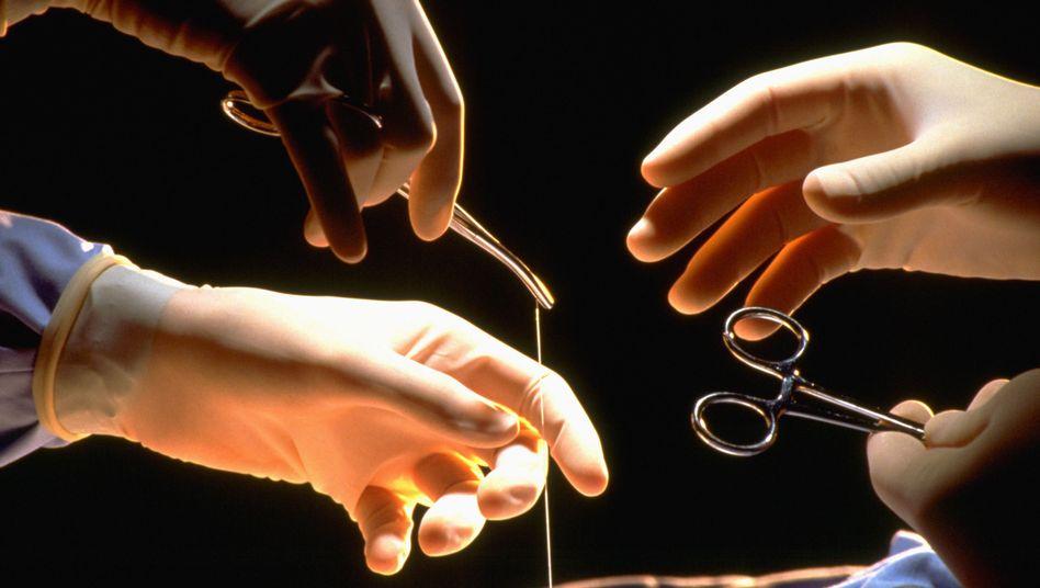 Operation: Haut vom Unterarm, um die Wunde in der Hand zu flicken