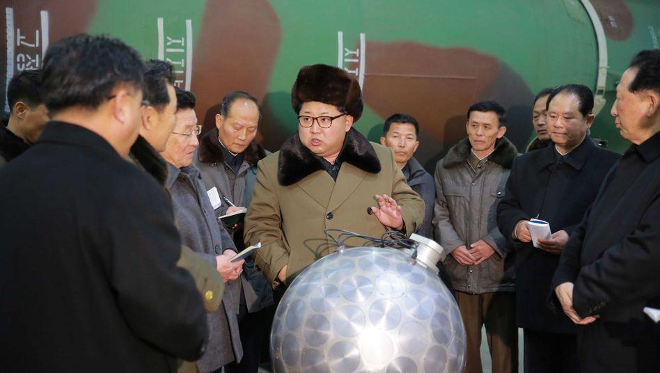 Nordkoreas Staatschef Kim Jong Un (M.), Atomtechniker
