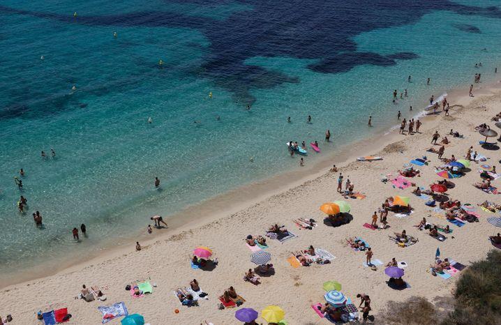 Strand auf Mallorca im Sommer 2020: Erst mal in den Urlaub fahren, sagten sich die Regierten, auch in Risikogebiete, und hinterher mal überlegen