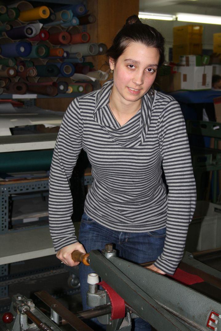 Marie-Lena S., 22, hat ihre Leidenschaft fürs Buchbinden in der Schule entdeckt