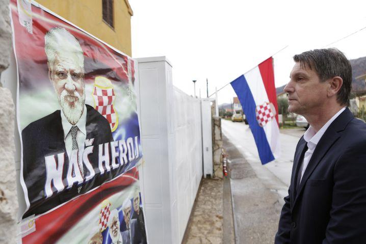 """Praljak-Plakat mit der Aufschrift """"Unser Held"""""""