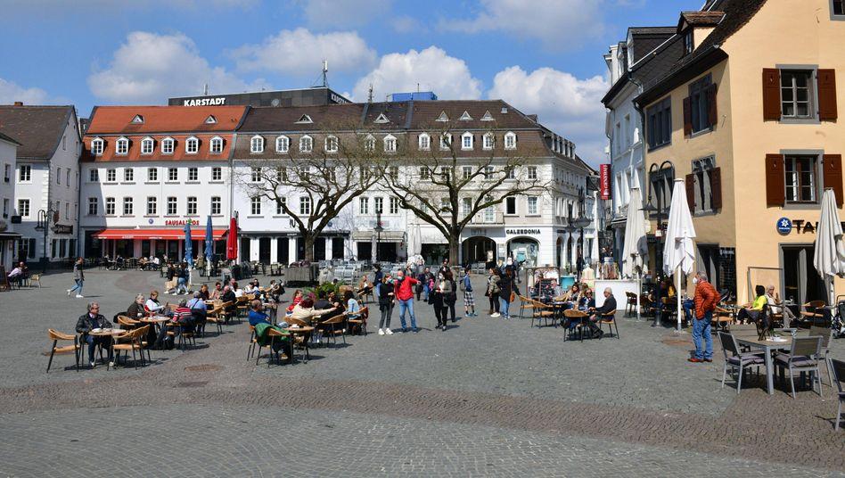 Gäste in der Außengastronomie in Saarbrücken