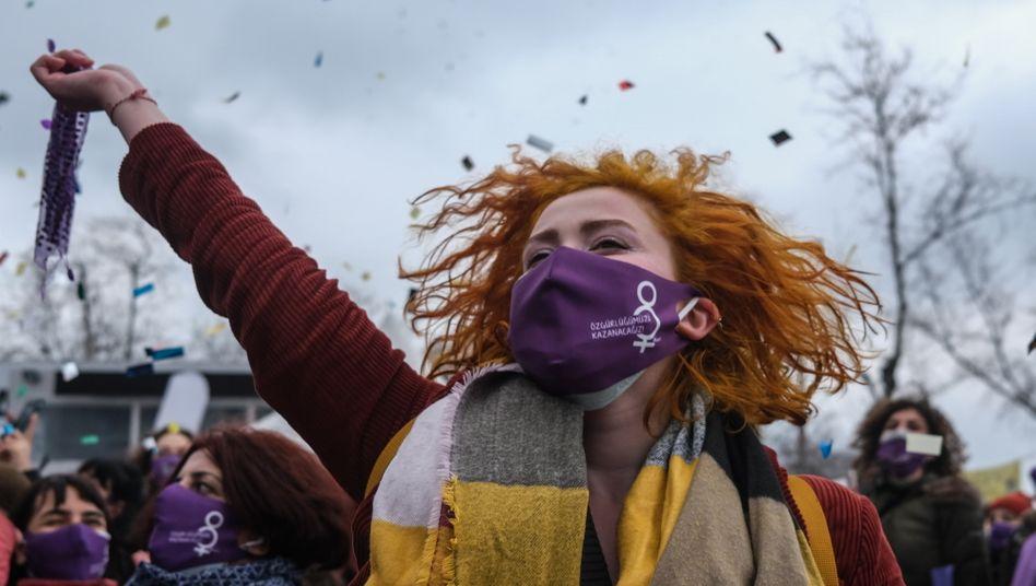 Protest in Istanbul: Als Erdoğan im März den Austritt der Türkei aus der Istanbul-Konvention beschloss, versammelten sich über Wochen hinweg Zehntausende Frauen