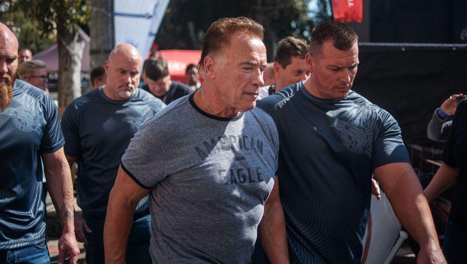 Arnold Schwarzenegger in Südafrika: Für die einen ein Kung-Fu-Tritt, für Arnie ein Rempler