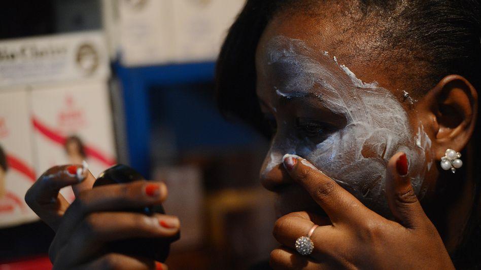 Helle Haut als Schönheitsideal: In Ghana und einigen anderen afrikanischen Ländern sind gefährliche Hautbleichungsmittel ein Milliardengeschäft