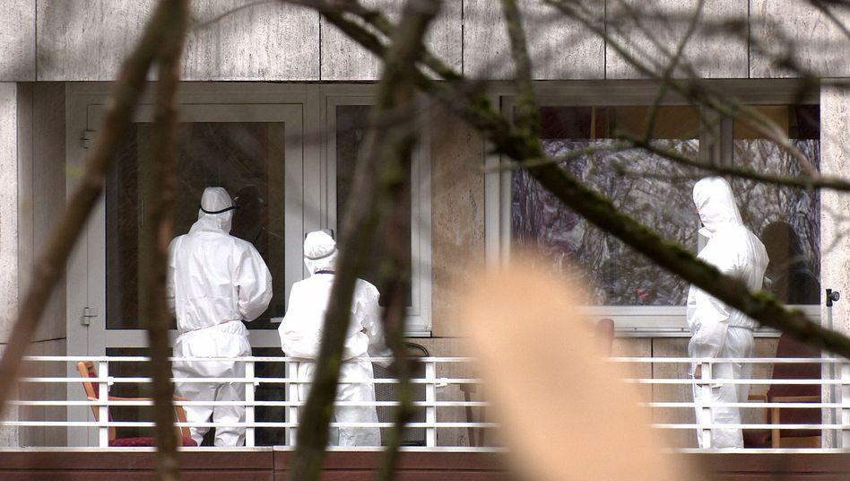 Pflegekräfte stehen in Schutzkleidung vor dem Wolfsburger Alten- und Pflegeheim, in dem bislang 15 Menschen nach einer Covid-19-Erkrankung gestorben sind
