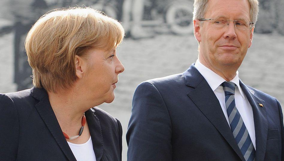 Kanzlerin Merkel (CDU), Bundespräsident Wulff (im August 2011): Unter Druck