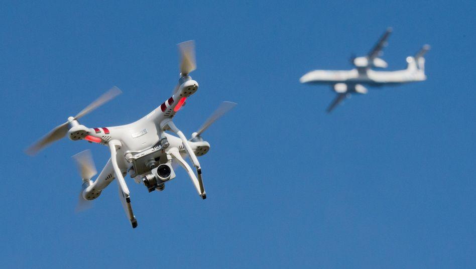 Drohne und Passagierjet (Archivfoto)
