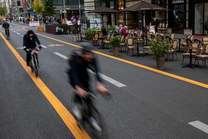 Autofreie Friedrichstraße: Viel Platz für Radfahrer, Fußgänger und Außengastronomie