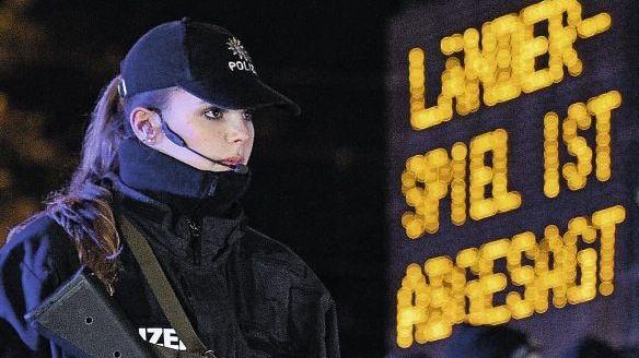 Polizistinnen vor der Hannoveraner HDI-Arena: Es sollte ein großer Abend werden