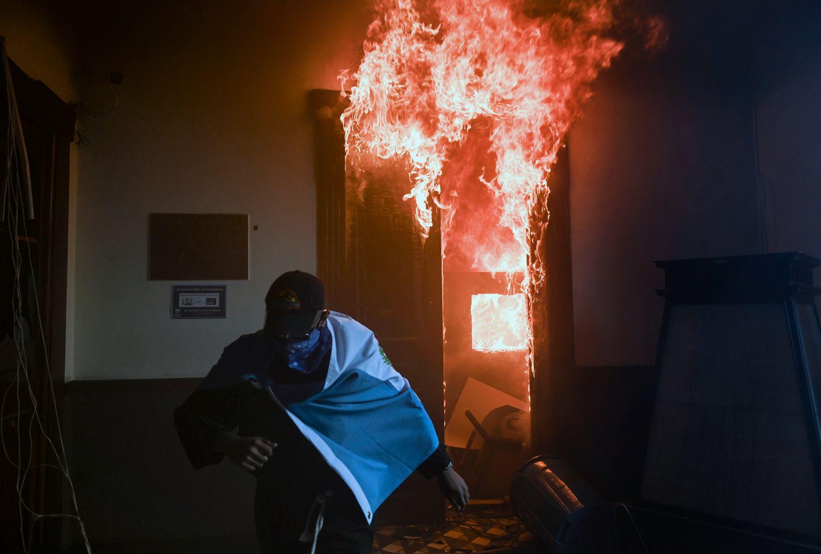 TOPSHOT-GUATEMALA-CRISIS-PROTEST