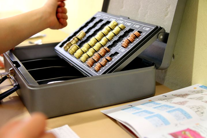 Ein Koffer voller Geld: Sophie lernt im Matheunterricht auch, mit Münzen und Scheinen umzugehen. Beispielsweise, dass ein Fünfeuroschein so viel wert ist wie fünf Eineurostücke