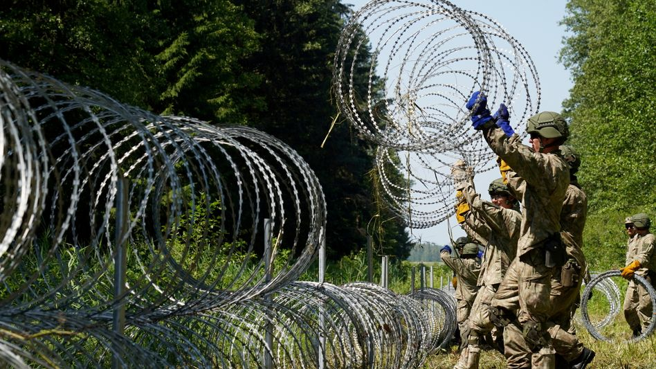 Litauische Soldaten befestigen die Grenze nach Belarus