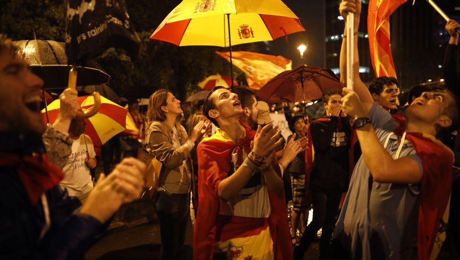 Demonstranten protestieren gegen die Unabhängigkeit Kataloniens