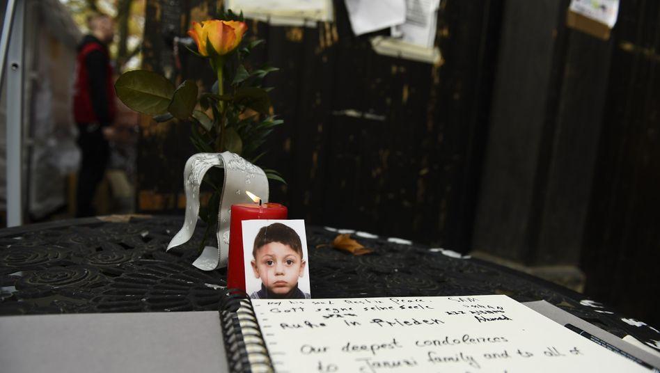 Erinnerung an Mohamed: Kerzen und Blumen an Flüchtlings-Registrierungsstelle