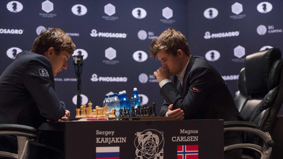 Sergei Karjakin (l.) und Magnus Carlsen (r.)