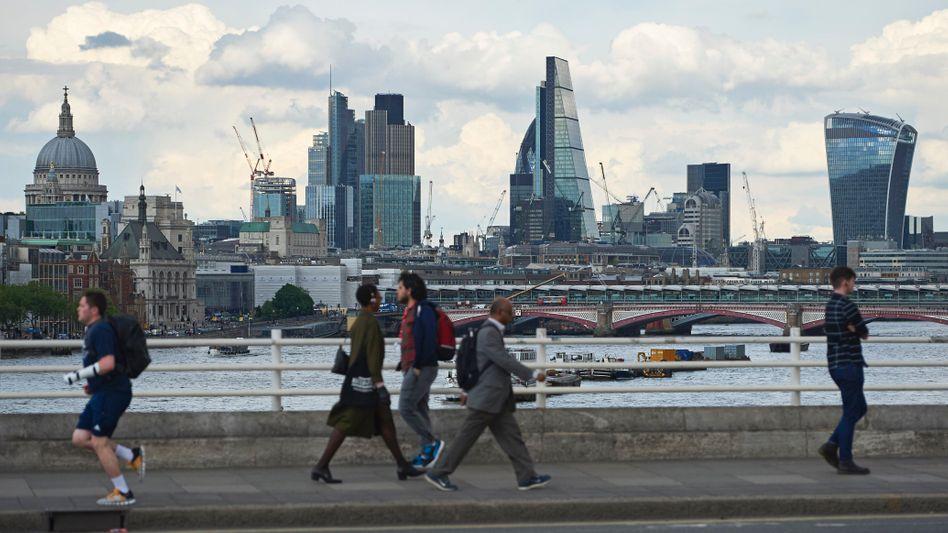 Blick auf Londons Finanzdistrikt: Viele Firmen fürchten, dass sie wegen des Brexits bald kaum noch qualifizierte Fachkräfte aus dem Ausland anstellen können