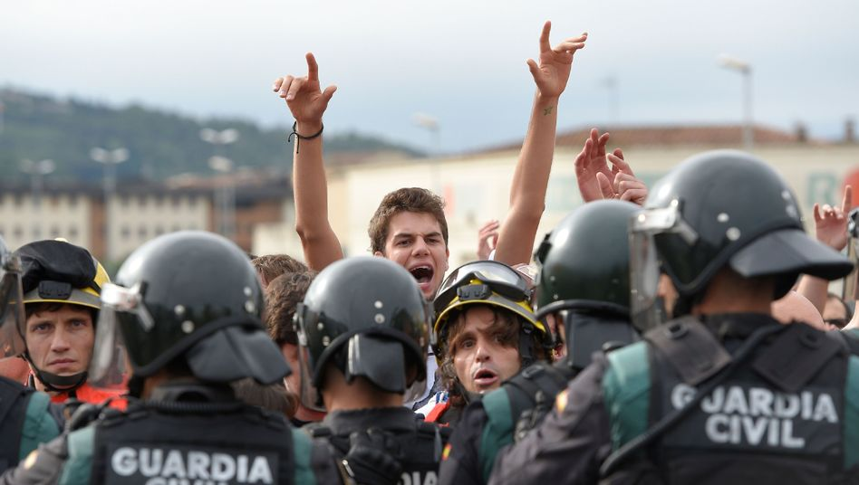Guardia Civil und Bürger vor einem Wahllokal in San Julia de Ramis