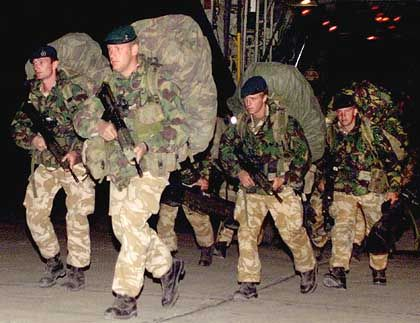 Die Schutztruppe kommt: Britische Soldaten landen in Bagram bei Kabul