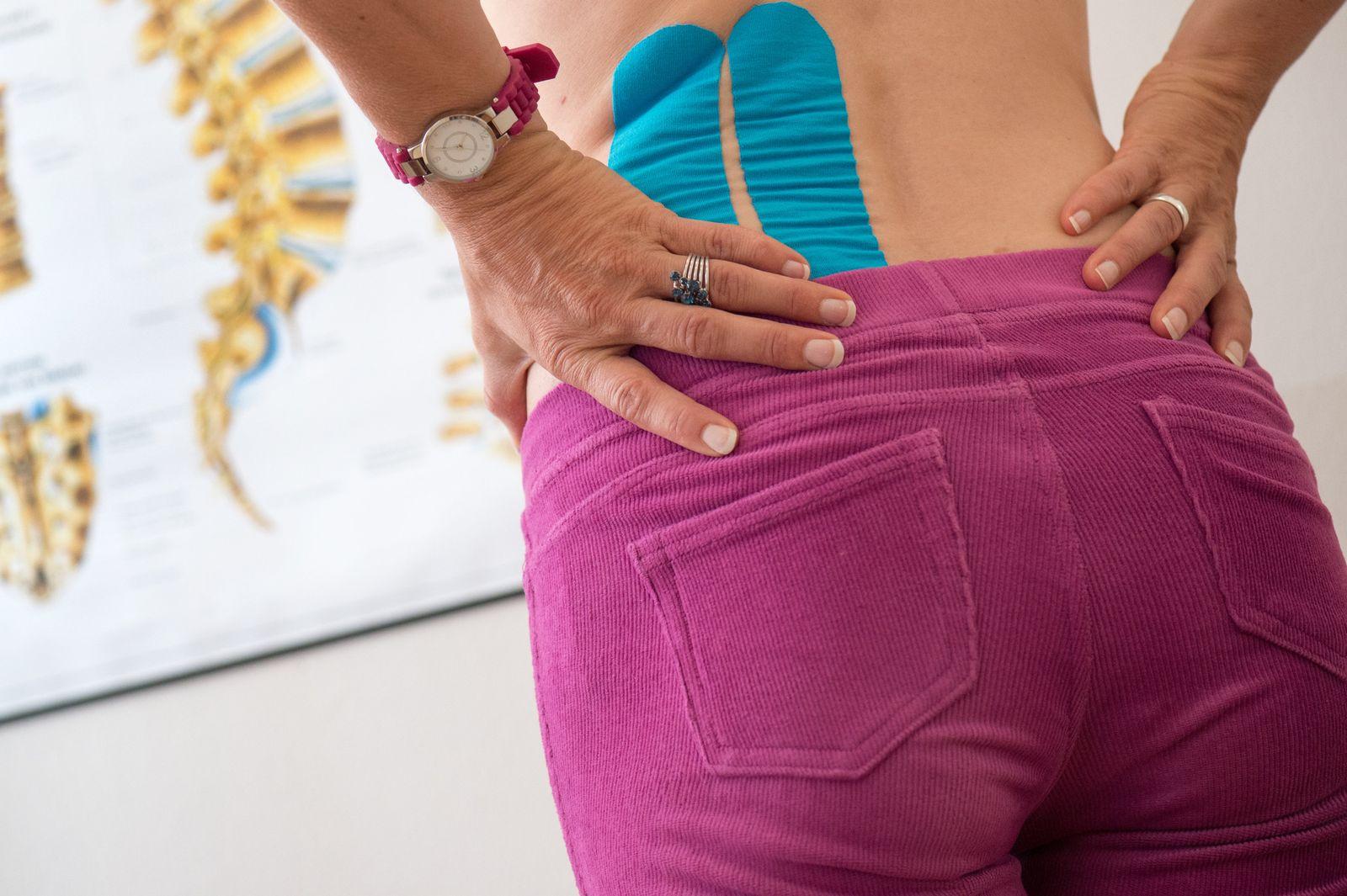 Rückenschmerzen/ Frau/ Stress/ Symbobild