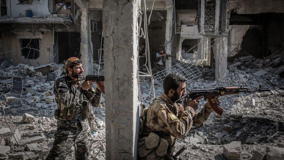 Soldaten der Demokratischen Kräfte Syriens in der Altstadt von Rakka