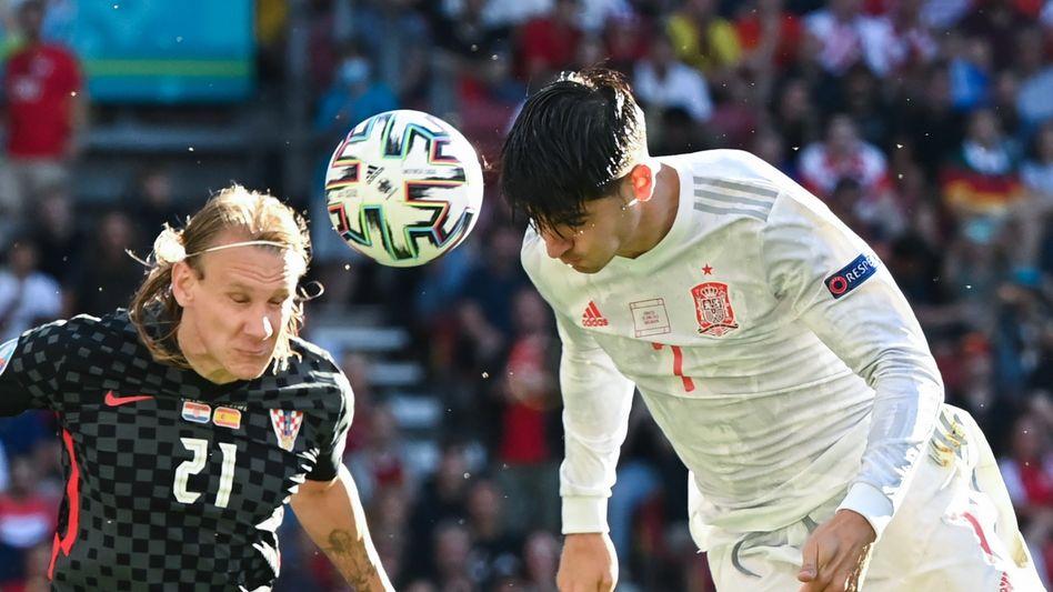 Spaniens Álvaro Morata (rechts) im Kopfballduell mit Kroatiens Domagoj Vida
