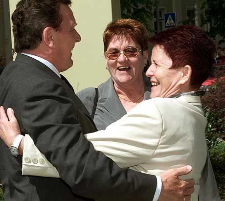 Unverdächtig: Kanzler Schröder mit seinen thüringischen Cousinen