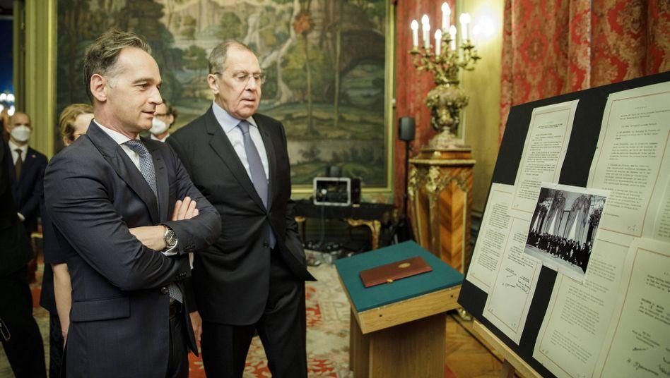 Außenminister Maas und Lawrow vor Originaldokumenten des Moskauer Vertrags von 1970: Symbole der Entspannung