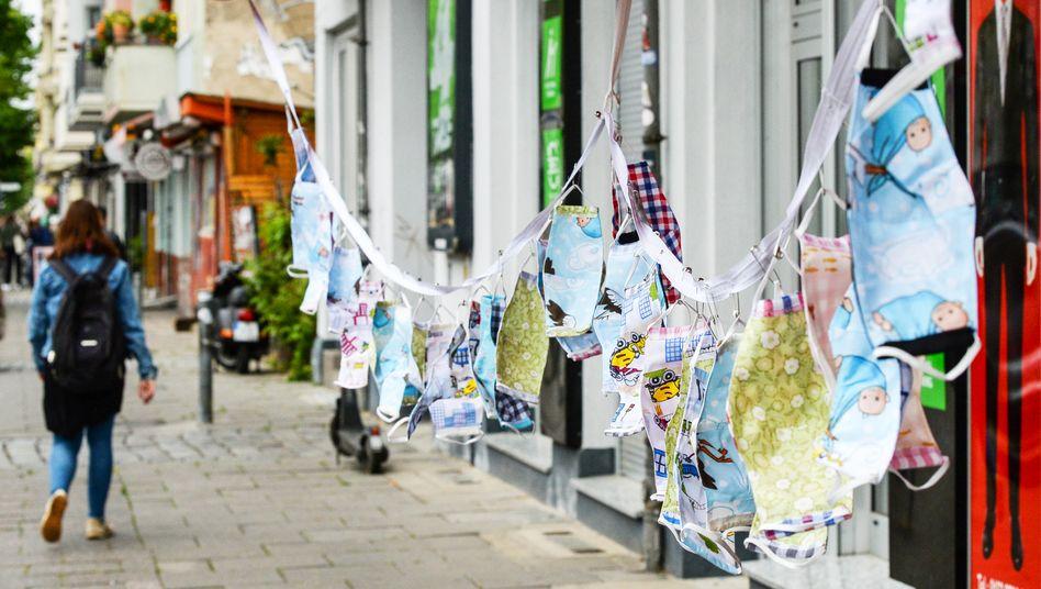 In Deutschland gilt derzeit eine Maskenpflicht im öffentlichen Nahverkehr und in Geschäften - mehrere Bundesländer wollen sie im Einzelhandel abschaffen