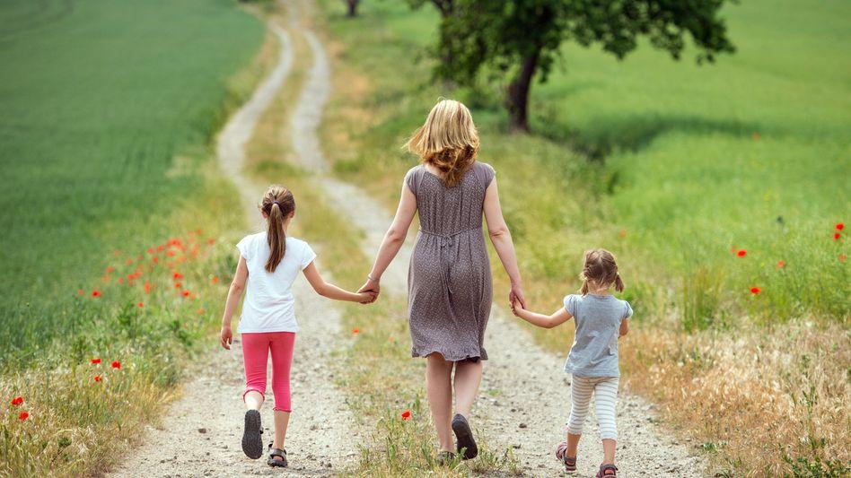 Mutter mit zwei Kindern: Viele Deutsche finden das Zeitfenster zu kurz