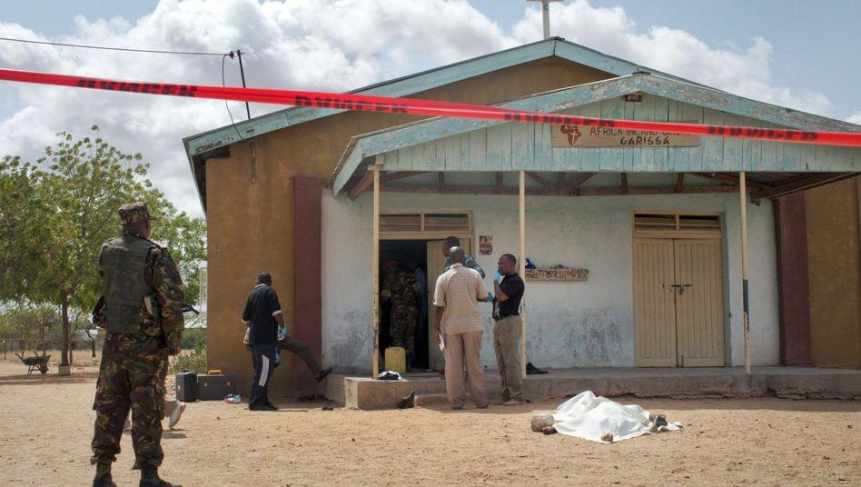 Nach den Anschlägen untersuchen Sicherheitskräfte die African Inland Church in Garissa.