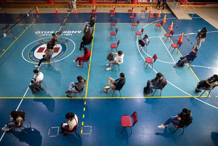 Studenten warten auf ihre Impfung in Santiago, Chile