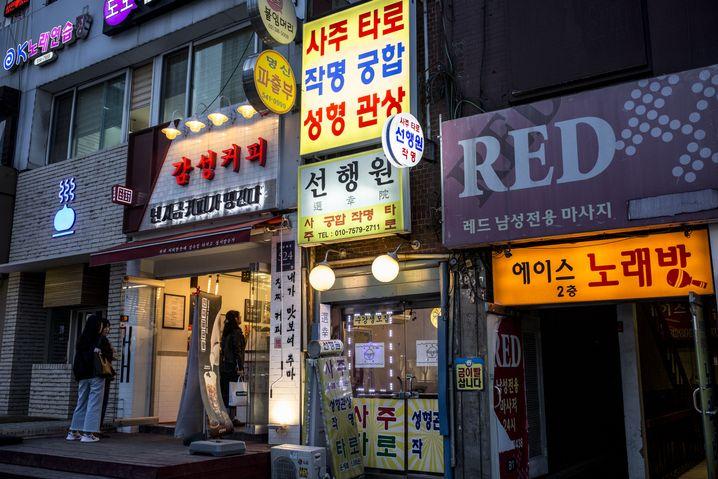 """In Gangnam lassen sich einige Menschen von einem sogenannten """"Gesichtsleser"""" beraten, bevor sie eine Schönheitsoperation vornehmen."""