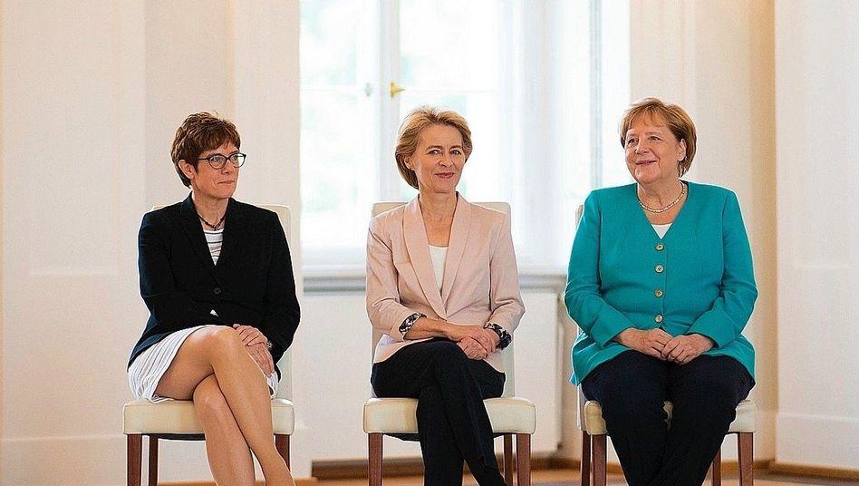 Politikerinnen Kramp-Karrenbauer, von der Leyen und Merkel bei der Ernennung Annegret Kramp-Karrenbauers zur Verteidigungsministerin im Amtssitz des Bundespräsidenten am 17. Juli