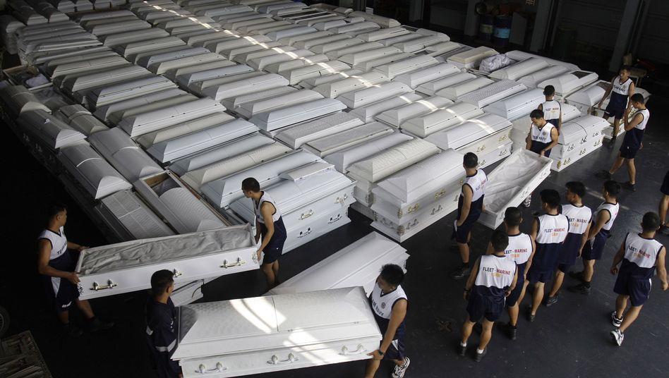 Flutkatastrophe: In Manila werden Särge verladen, aber auch Trinkwasser und Essen