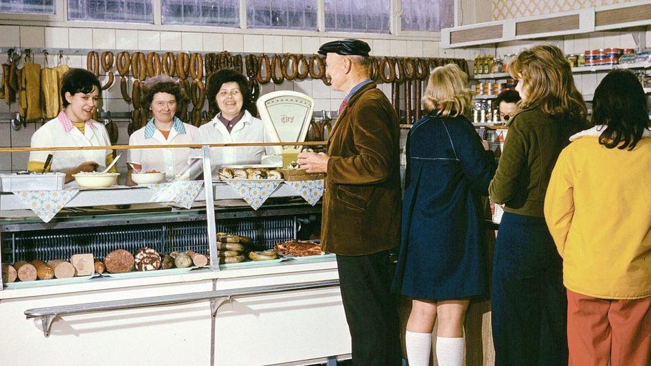 Bitte recht freundlich für den Fotografen: Verkaufsstelle in Leuna, um 1973