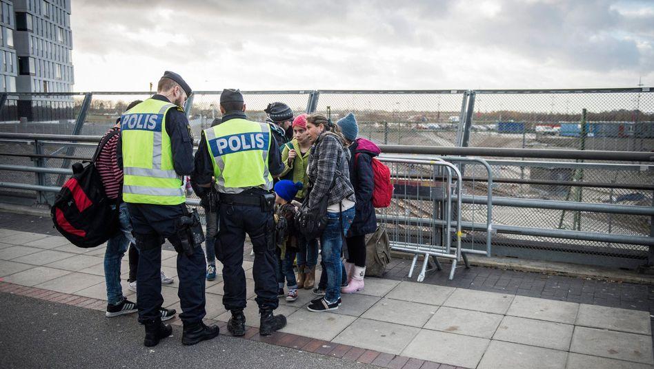 Schwedische Polizisten bei Grenzkontrollen (Symbolbild): Keine Infos an die Presse
