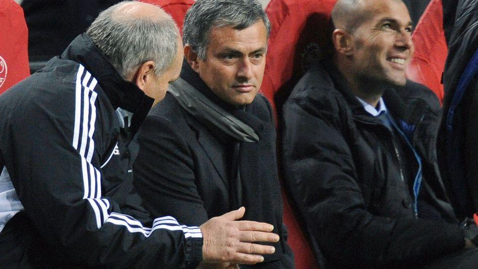 Real-Coach Mourinho (Mitte): Gelb-Rote Karten befohlen?