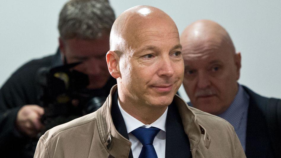 """Jahns im April 2013 im Verhandlungssaal: Prozess würde Therapie """"massiv gefährden"""""""