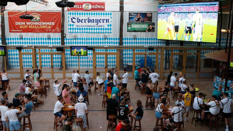 Gäste im Lokal »Bierkonig« auf Mallorca schauen sich das EM-Auftaktspiel von Deutschland an