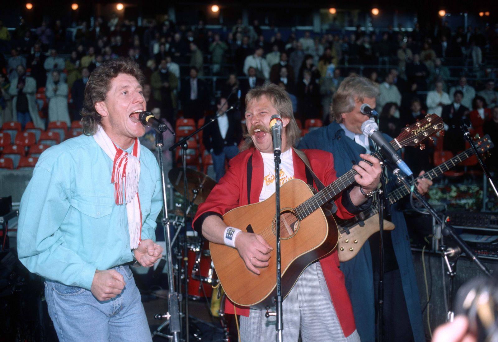 Zu seinem Abschiedsspiel singt Torwart Harald Toni Schumacher Deutschland mit De Höhner